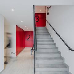 Espaços comuns do projecto de habitação colectiva Jean Jaures: Escadas  por OGGOstudioarchitects, unipessoal lda
