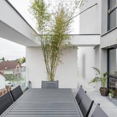Grande varanda no projecto de habitação colectiva Jean Jaures: Terraços  por OGGOstudioarchitects, unipessoal lda