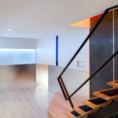 Warren Street: modern Media room by KUBE Architecture