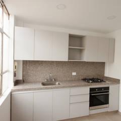 Apartamento FBogliacino: Cocinas integrales de estilo  por AMR estudio