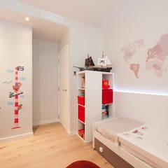Reforma de piso Poblenou: Habitaciones de niños de estilo  de Sincro