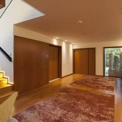 Hall de entrada: Corredores e halls de entrada  por EMME Atelier de Interiores