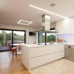 Cozinha: Armários de cozinha  por EMME Atelier de Interiores