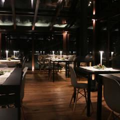 magica atmosfera dove le luci sono protagoniste: Hotel in stile  di archstudiodesign