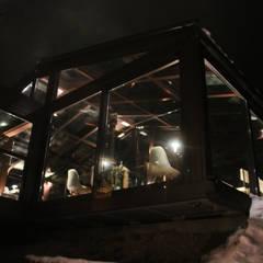 La struttura interamente in vetro ... a sbalzo sulla montagna: Hotel in stile  di archstudiodesign