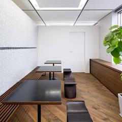 抜けの良い幾何学的構成: 一級建築士事務所 株式会社KADeLが手掛けたフローリングです。
