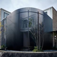 自然環境を取り込むフィルターの家: 一級建築士事務所 株式会社KADeLが手掛けた一戸建て住宅です。