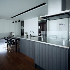 自然環境を取り込むフィルターの家: 一級建築士事務所 株式会社KADeLが手掛けたシステムキッチンです。