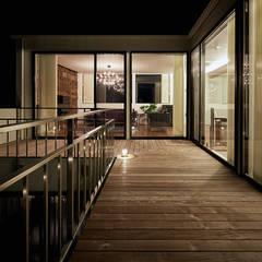 自然環境を取り込むフィルターの家: 一級建築士事務所 株式会社KADeLが手掛けたテラス・ベランダです。