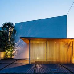 囲炉裏の住宅2: 一級建築士事務所 株式会社KADeLが手掛けた木造住宅です。