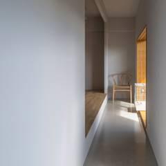 閑かな家: 山本嘉寛建蓄設計事務所 YYAAが手掛けた廊下 & 玄関です。