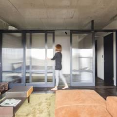着替える家: 山本嘉寛建蓄設計事務所 YYAAが手掛けたガラスドアです。
