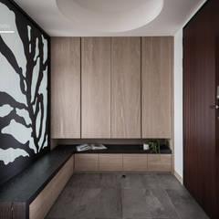 百玥空間設計 ─ 思/靜:  走廊 & 玄關 by 百玥空間設計