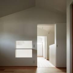 大きな窓で繋がる家: 前田工務店が手掛けた子供部屋です。