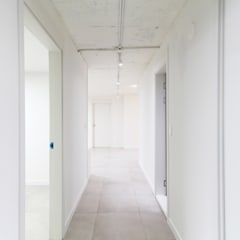 압구정 현대 아파트 인테리어 리모델링(52py): 바나나웍스의  복도 & 현관,인더스트리얼 타일