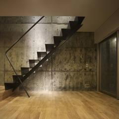 BALCONE 緑地側に大きな開口を持つ住戸: 山縣洋建築設計事務所が手掛けた階段です。