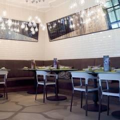 Nolus Cafe (Abu Dhabi, Emiratos Arabes): Salones de eventos de estilo  de Alma Light