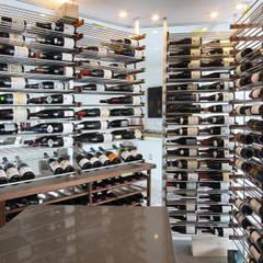 Agencement d'une cave à vin dans un condo urbain: Cave à vin de style de style Moderne par Millesime Wine Racks