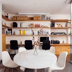 sala da pranzo / riunioni: Studio in stile  di manuarino architettura design comunicazione