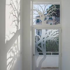 ประตูกระจก โดย manuarino architettura design comunicazione, โมเดิร์น กระจกและแก้ว