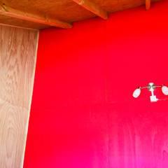 AMPLIACIÓN VIVIENDA UNIFAMILIAR - ACHAO, CHILOE: Dormitorios de estilo  por GerSS Arquitectos