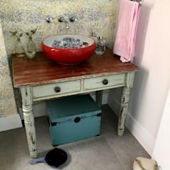 Vanity table:  Bathroom by Nick and Nelly Kitchens