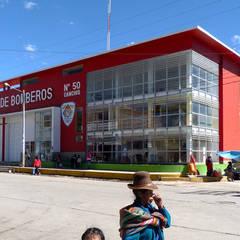 Estación de Bomberos en Sicuani: Oficinas de estilo moderno por CARLOS SOTO ARQUITECTO