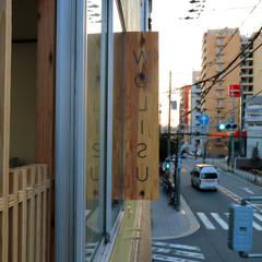 突き出す看板: INTERIOR BOOKWORM CAFEが手掛けたオフィスビルです。