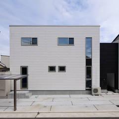 シンプルなキューブ型の外観: タイコーアーキテクトが手掛けた一戸建て住宅です。