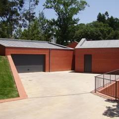 Casa no Figueiral: Garagens e arrecadações  por pedro fonseca jorge, arquitetura + design