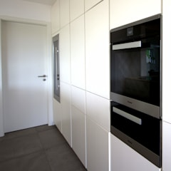 Küche in weißlack matt inkl. Miele Backofen, Wärmeschublade, integriertem Kühl- & Weinkühlschrank : ausgefallene Küche von GERBER Ingenieure GmbH