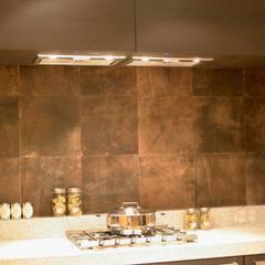 Leder für Wände und Boden: ausgefallene Küche von Der Rieger Exclusiv
