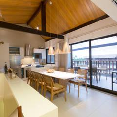 Sala de Jantar e Cozinha : Salas de jantar tropicais por ESTUDIO NOI ARQUITETURA