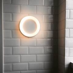 Banheiro Cinza e Branco: Banheiros  por Aline Pitrowsky Arquiteta
