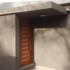Casa B+E 27: Puertas de madera de estilo  por Arquitectura Bur Zurita,Moderno