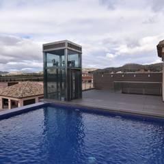 piscina: Piscinas infinitas de estilo  de Obras y Proyectos Zen SL