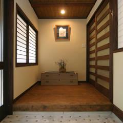 Corridor and hallway by 株式会社菅野企画設計