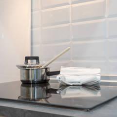 Moderno y acogedor - Interiorismo y Home Staging en Barcelona: Módulos de cocina de estilo  de Dekohuset