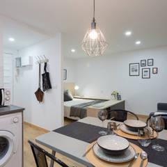 Moderno y acogedor - Interiorismo y Home Staging en Barcelona: Comedores de estilo  de Dekohuset