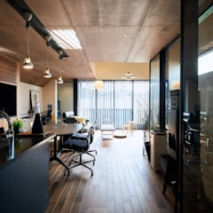 敷地に最大のボリュームを挿入した家: 一級建築士事務所 株式会社KADeLが手掛けたフローリングです。