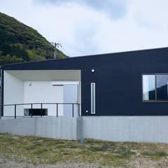 紀美野町の平屋: 一級建築士事務所 株式会社KADeLが手掛けた長屋です。