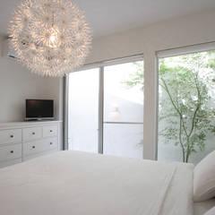 静寂を感じる家: 一級建築士事務所 株式会社KADeLが手掛けた寝室です。,