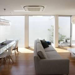 静寂を感じる家: 一級建築士事務所 株式会社KADeLが手掛けたフローリングです。