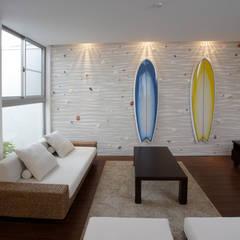 アジアンリゾート 貝の浜: 一級建築士事務所 株式会社KADeLが手掛けたリビングです。