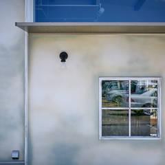シャビィシックなフランスの古民家様住宅: 一級建築士事務所 株式会社KADeLが手掛けた窓です。