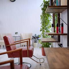 シャビィシックなフランスの古民家様住宅: 一級建築士事務所 株式会社KADeLが手掛けたフローリングです。