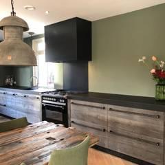 Keuken van Barnwood met apparatuur van Bosch en STEEL:  Keuken door RestyleXL, Landelijk Hout Hout