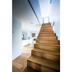 Holztreppe / Blick auf Essplatz:  Küchenzeile von Studio Meuleneers