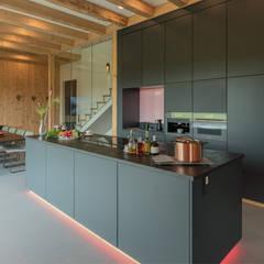 Kücheninsel:  Küchenzeile von Studio Meuleneers