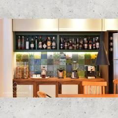 Espaço Gourmet - Bar: Cozinhas embutidas  por CASARIN MONTEIRO ARQUITETURA & INTERIORES